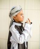 未认出的回教孩子为阿拉祈祷 免版税图库摄影