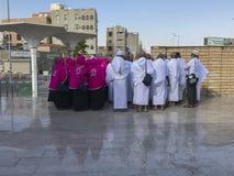未认出的回教香客听一个谈话外部艾伯都拉Ibn阿拔斯清真寺在Taif, Makkah,沙特阿拉伯 免版税库存图片