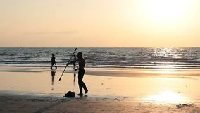 未认出的在海滩的人转动的杆 股票录像