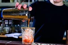 未认出的在玻璃的侍酒者倾吐的液体 概念的前 库存图片