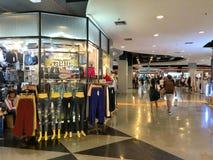 未认出的在联合购物中心的游人购物的衣物 库存照片