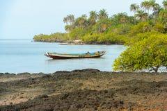 未认出的地方人在海岸的小船如此航行  库存图片