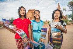 未认出的女孩在老Bagan考古学区域卖明信片 免版税库存照片