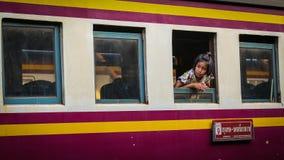 未认出的女孩等待火车的父母 免版税库存图片