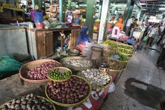 未认出的妇女卖菜 免版税库存照片