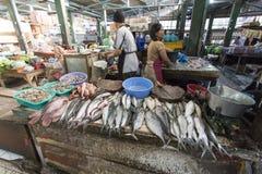 未认出的妇女卖鱼 免版税库存照片