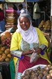 未认出的妇女卖mangistan果子在地方marke 免版税图库摄影