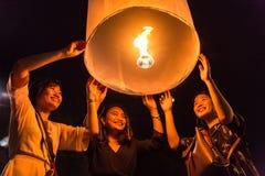 未认出的妇女在清迈,泰国发布Khom Loi,在伊彭或Loi Krathong节日期间的天空灯笼 库存照片