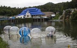 未认出的孩子在Chiangmai演奏zorbing在一个水池 免版税库存图片