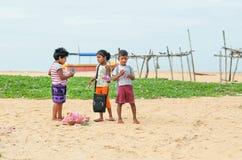 未认出的孩子谈话在沙子的自然风景在村庄附近靠岸 库存图片