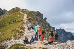 未认出的小组远足者休息和被用尽在高Tatra Mountai的Krzyzne通行证 库存图片