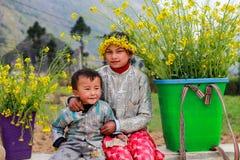 未认出的少数族裔哄骗与油菜籽花篮子在Hagiang,越南 免版税库存图片