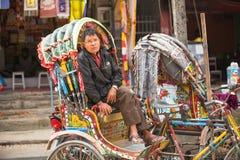未认出的尼泊尔人力车在城市的历史的中心, 2013年11月28日在加德满都,尼泊尔 库存图片
