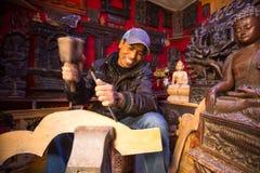 未认出的尼泊尔人工作在他的木车间的, 2013年12月19日在Bhaktapur,尼泊尔 图库摄影