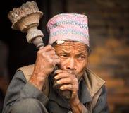 未认出的尼泊尔人画象在街道上抽烟,在Bhaktapur,尼泊尔 免版税图库摄影