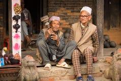未认出的尼泊尔人画象在街道上抽烟,在Bhaktapur,尼泊尔 库存照片