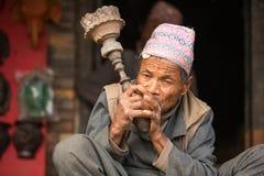 未认出的尼泊尔人画象在街道上抽烟 免版税库存照片