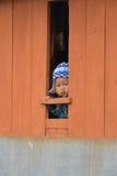 未认出的尼泊尔男孩为照片摆在他在家2014年11月 库存照片