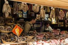 未认出的屠户在圣诞节市场上在巴黎 免版税库存照片