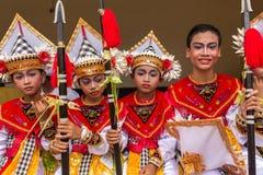 未认出的巴厘语年轻艺术家为Galungan庆祝做准备在Ubud,巴厘岛 免版税库存照片