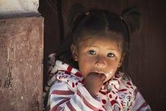 未认出的年轻土产当地盖丘亚族人的孩子在地方Tarabuco星期天市场,玻利维亚上 免版税库存照片