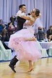 未认出的成人舞蹈夫妇执行WDSF米斯克开放舞蹈节日2017的青年标准欧洲节目 库存照片