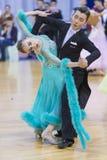 未认出的成人舞蹈夫妇执行WDSF米斯克开放舞蹈节日2017的青年标准欧洲节目 免版税库存照片
