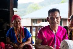 未认出的更老的男人和妇女从卡伦种族小山部落mi 免版税图库摄影