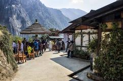 未认出的朝圣休假的和休息在自助食堂半方式由老虎决定筑巢Taktshang修道院, Paru,不丹 图库摄影
