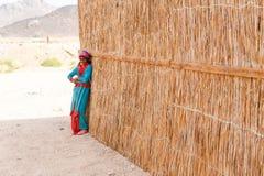 未认出的流浪的女孩在村庄 库存照片