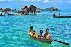 未认出的海吉普赛人在Semporna,沙巴,马来西亚哄骗桨一条小船 库存照片