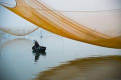 未认出的渔夫人检查他的网在河的清早在Hoian,越南 库存图片