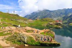 未认出的游人享受Balea湖视域在7月21日的2,034 m高度 库存图片