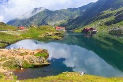 未认出的游人享受Balea湖视域在2,034 m高度 免版税图库摄影
