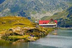 未认出的游人享受Balea湖视域在Fagaras山的2,034 m高度 图库摄影