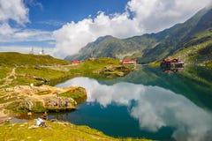 未认出的游人享受Balea湖视域在Fagaras山的2,034 m高度 库存照片
