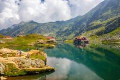 未认出的游人享受Balea湖视域在Fagaras山的2,034 m高度 免版税库存图片