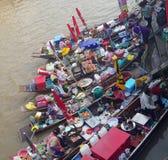 未认出的游人和客商葡萄酒小船的在Tha Kha浮动市场上 免版税图库摄影