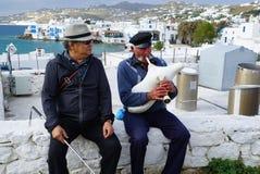 未认出的游人和音乐家米科诺斯岛海岛的,希腊 库存图片