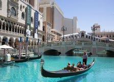 未认出的游人在大运河享受长平底船乘驾在威尼斯式度假旅馆赌博娱乐场 库存照片
