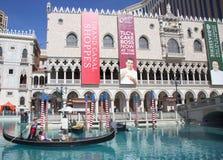 未认出的游人在大运河享受长平底船乘驾在威尼斯式度假旅馆赌博娱乐场 免版税库存照片