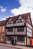 未认出的游人在斯特拉福的中心在Avon,沃里克郡的 英国, 免版税库存图片