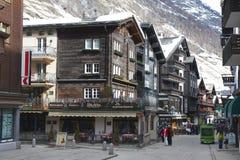 未认出的游人在策马特,瑞士探索传统木房子街道 免版税库存图片
