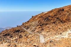 未认出的游人在El泰德峰火山,特内里费岛,西班牙上面走  库存照片