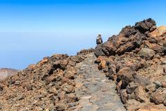 未认出的游人在El泰德峰火山,特内里费岛,西班牙上面走  免版税图库摄影