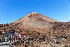 未认出的游人在El泰德峰火山,特内里费岛,西班牙上面走  图库摄影