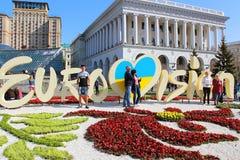 未认出的游人临近一部分的欧洲歌唱大赛正式商标在Maidan Nezalezhnosti独立广场的2017年 图库摄影
