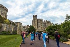 未认出的游人临近在温莎城堡里面的中世纪大厦 库存图片