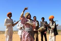 未认出的游牧人在普斯赫卡尔演奏ravanahatha并且跳舞在2015年2月05日的沙漠,印度 免版税库存照片
