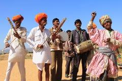 未认出的游牧人在普斯赫卡尔演奏ravanahatha并且跳舞在2015年2月05日的沙漠,印度 图库摄影